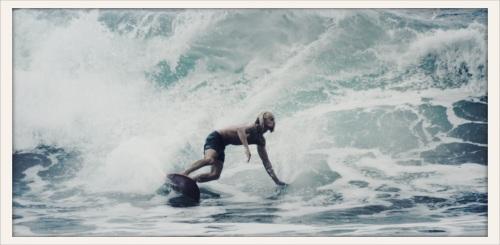 Jens surfar på Hawaii. Foto: Lydia Ogunlowo