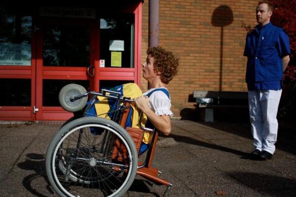Luisa dansar utanför vårdcentralen i Angered