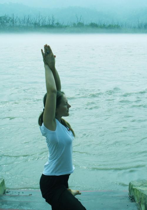 Pooja gör yoga i Rishikesh vid Ganges